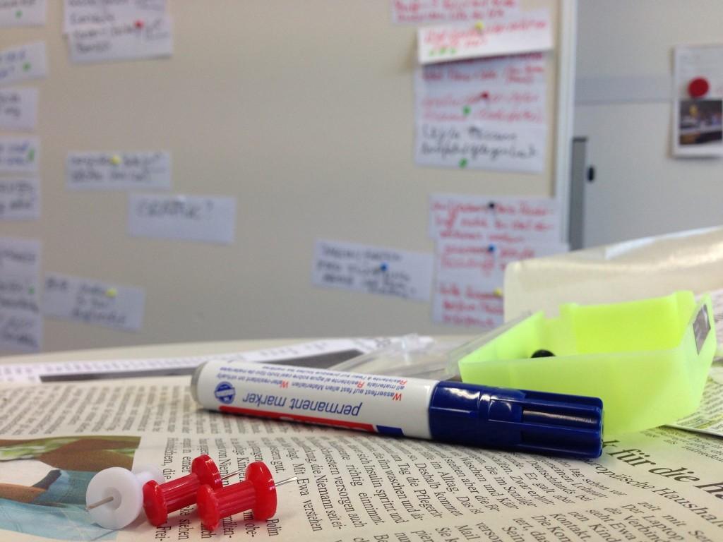 Multimediales Erzählen beginnt mit Papier und Pinnwand