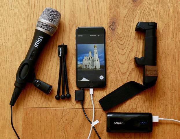 Basisausstattung für mobilen Journalismus: Externes Mikrofon, Dreibein-Tischstativ, Smartphone, Smartphone-Halterung, externer Akku.